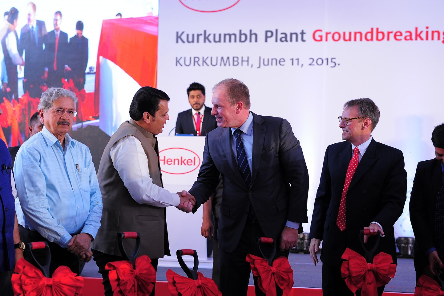 Paul Kirsch (m.), Senior VP, Supply & Operations, Henkel Adhesive Technologies and President Henkel India, Jeremy Hunter (r.), welcomed Chief Minister of Maharashtra, Devendra Fadnavis (l.) and other dignitaries from the Maharashtra government