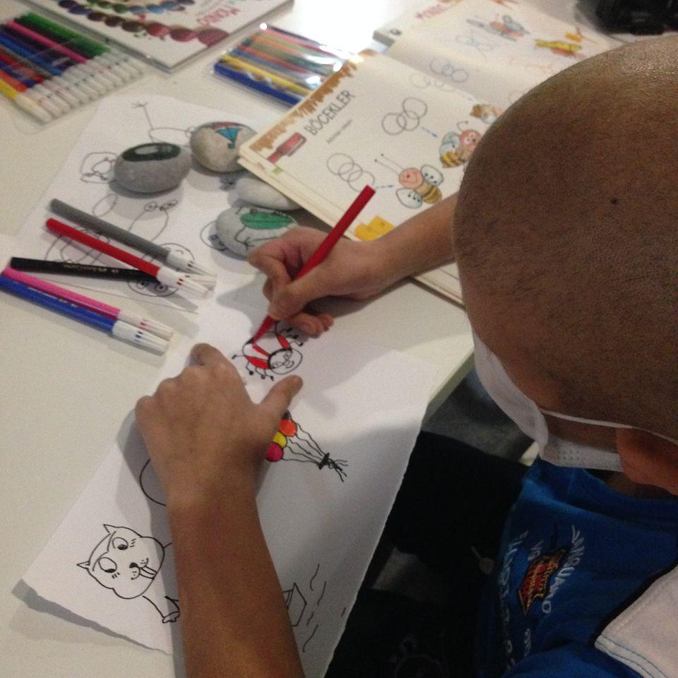 """Kanserli Çocuklara Umut Vakfı(KAÇUV) ile yürütülen Kurumsal gönüllülük projesi """"Umut için Oynayalım""""  ile hastahanelerdeki kanserli çocuklara moral vermek amacıyla taş boyama ve yaratıcı okuma etkinlikleri gerçekleştirildi."""