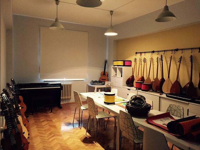 Kurumsal Gönüllülük projelerimiz kapsamında çalışanlarımızın ve emeklilerimizin hayata geçirdiği sosyal sorumluluk projelerinden biri de Sanat Atölyesi oldu. Çocuk esirgeme yurdunda kimsesiz çocukların sosyal yönden gelişimi için sanat atölyesi kuruldu ve çeşitli müzik aletleriyle donatıldı.