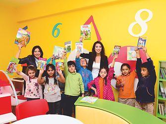 Hande Ardane (solda) ve Aylin Kızılkaya Güçlü, Ankara'daki Hasanoğlan Öğretmenler İlkokulu'nda Füsun Pars Kütüphanesi'nin açılışındalar. Henkel çalışanları odanın ve bağışlanan kitapların yenilenmesinde yardımcı oldular.