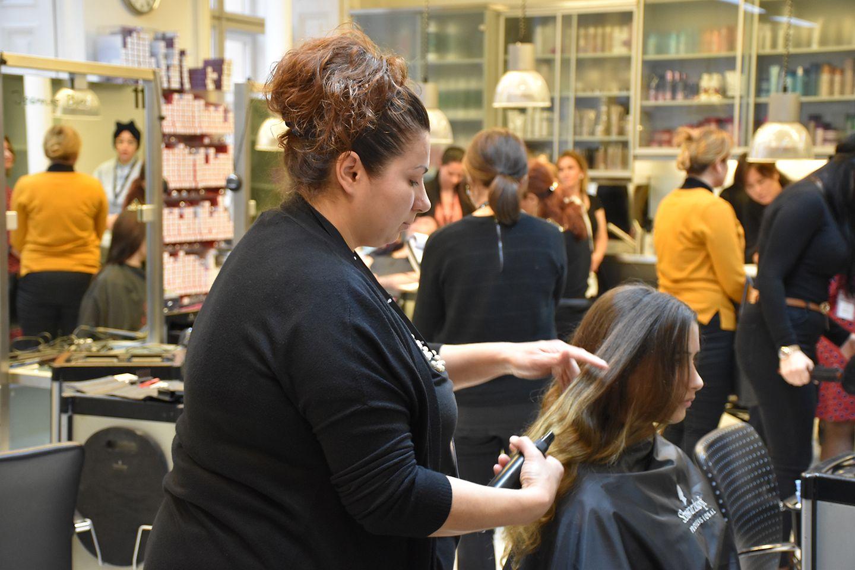 """Die """"Shaping Futures""""-Initiative von Schwarzkopf Professional bietet ausgebildeten Friseurinnen, die aufgrund von Pflege- und Kinderkarenz ihren Beruf längere Zeit nicht mehr ausüben konnten, ein Ausbildungsprogramm mit Chance auf eine Festanstellung in einem Friseursalon."""