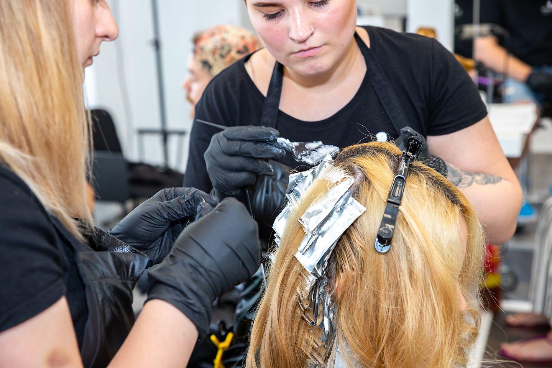 A fodrásztanulóknak a hajfestéstől a hajvágásig lehetőségük volt a legújabb trendekbe belelátni és azt a gyakorlatban is elsajátítani
