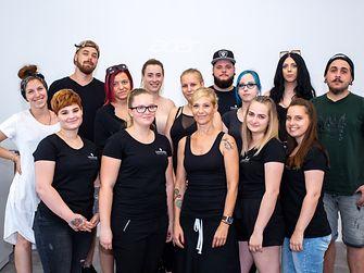 Az idei évben a Shaping Futures szakmai és szociális segítségnyújtás pályakezdő fodrászoknak egy 24 napos ingyenes szakmai továbbképzést jelentett.