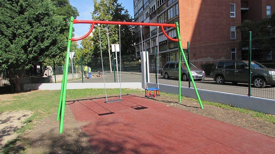 A hinták és trambulin játékok mind újrahasznosított anyagokból készültek