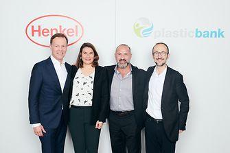 Nächster Schritt in der Partnerschaft von Henkel mit Plastic Bank (von links): Jens-Martin Schwärzler (Henkel), Sylvie Nicol (Henkel), David Katz (Plastic Bank), und Bruno Piacenza (Henkel)